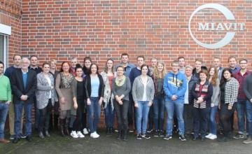 Ausbildung.Plus-Industriekaufleute mit ihren Lehrern, Ausbildern und den Referenten