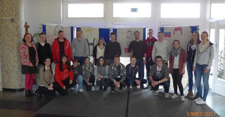 Die Schüler der Klasse BSWIN2-1L mit ihren Ergebnissen